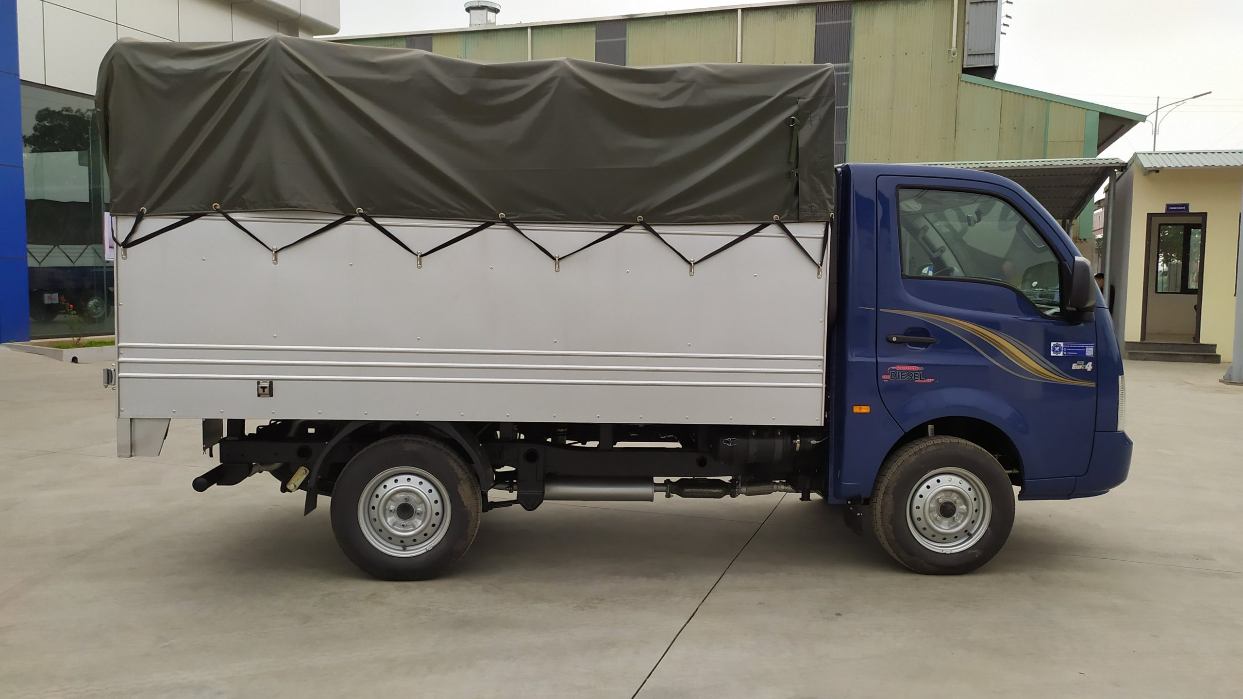 Xe tải tata thùng dài 2m8